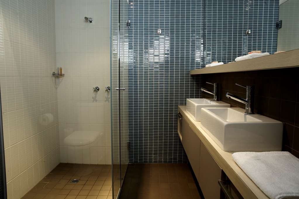 Best Western Melbourne City - Studio Apartment Bathroom