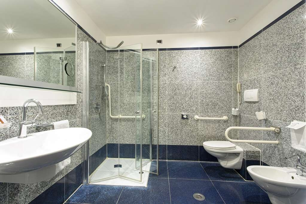 Best Western Plus Hotel Universo - Mobility Accessible Bathroom