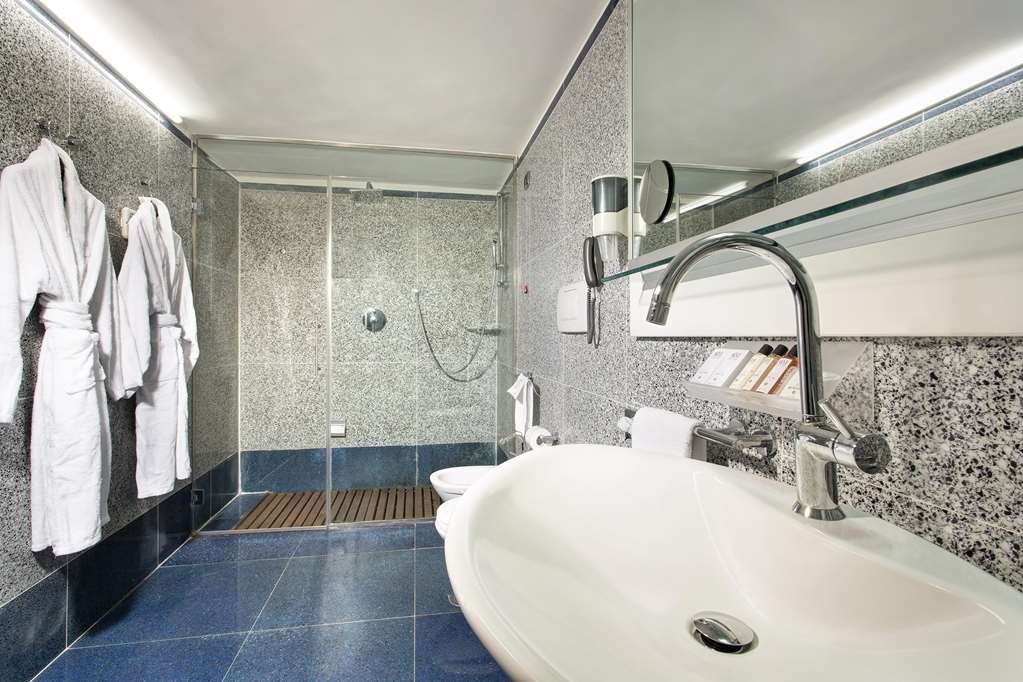 Best Western Plus Hotel Universo - Guest Bathroom