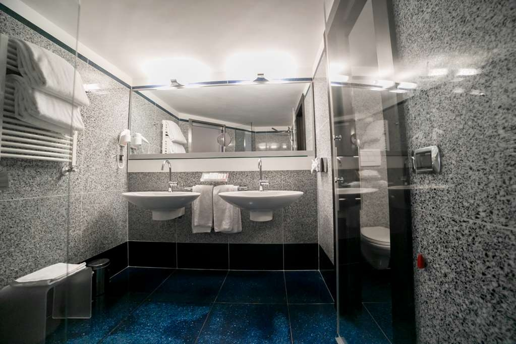 Best Western Plus Hotel Universo - Junior Suite Bathroom