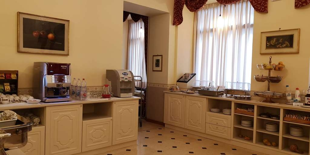 Best Western Hotel Genio - Wide and bright breakfast room with rich buffet