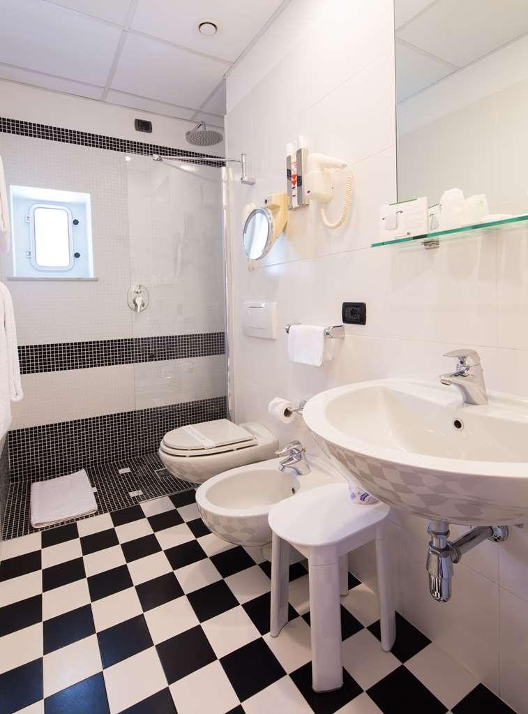 Best Western Regina Elena - Guest Bathroom