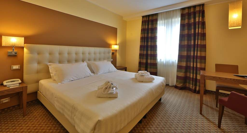 Best Western Grand Htl Guinigi - Classic King Bed Guest Room