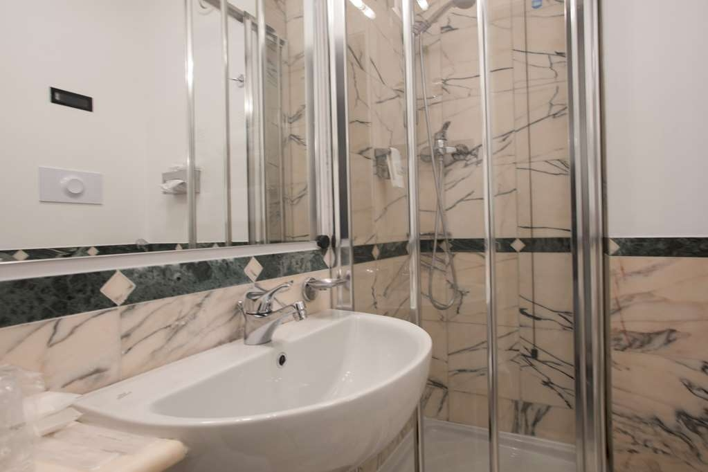 Best Western Hotel Plaza - French Bed room bath with shower