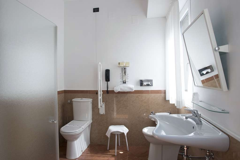 Best Western Hotel Plaza - Bath for disabled with shower