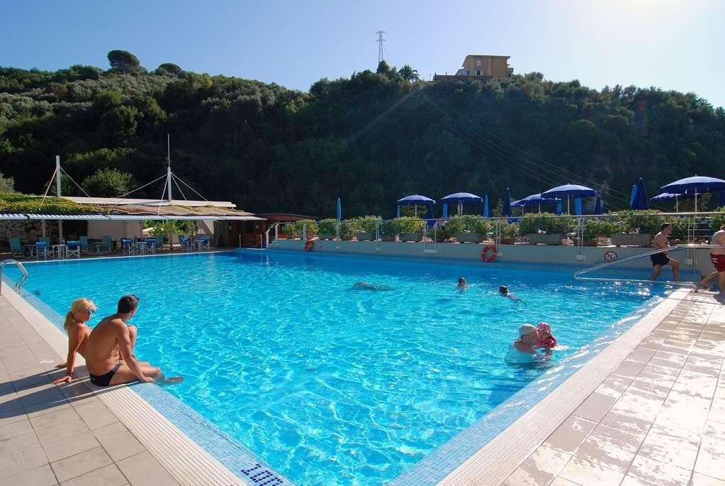 Best Western Hotel La Solara - Vista de la piscina