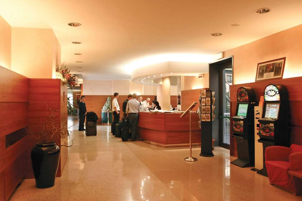 Best Western Hotel Cavalieri Della Corona - Vista del vestíbulo