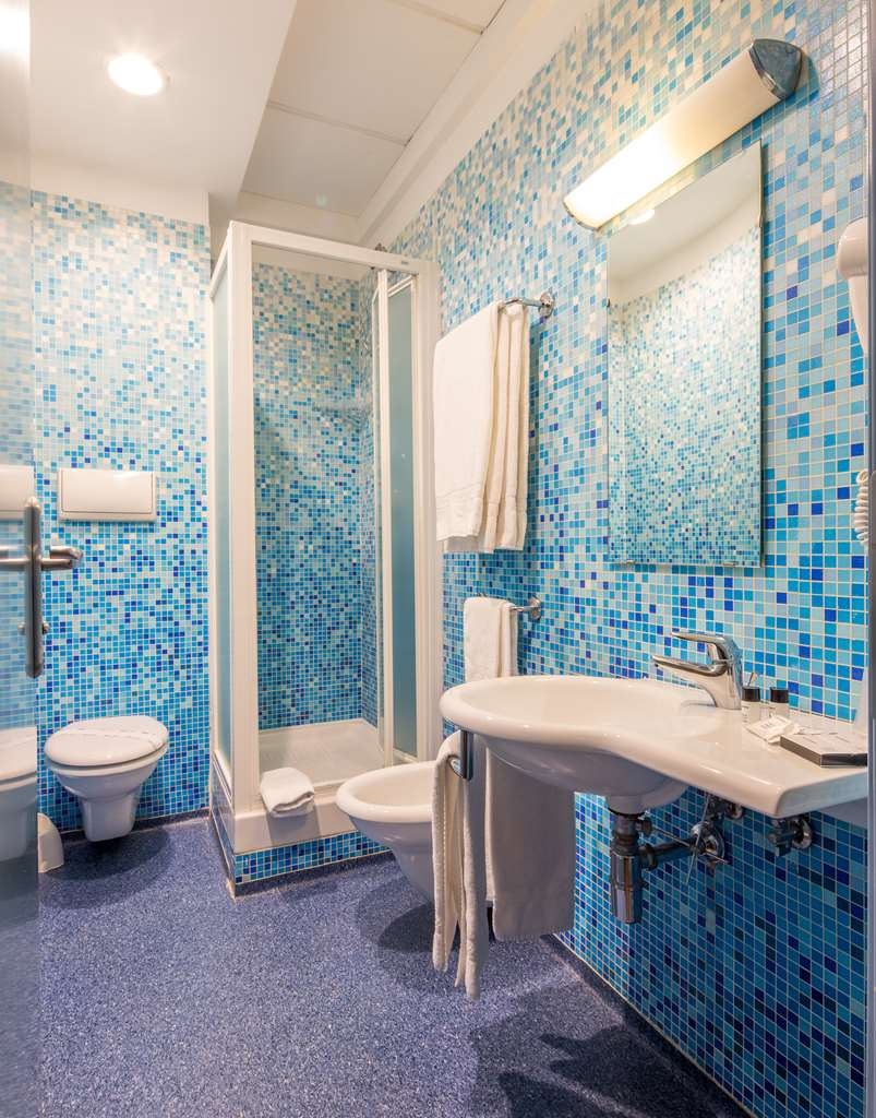 Best Western Hotel Plaza - bathroom with shower