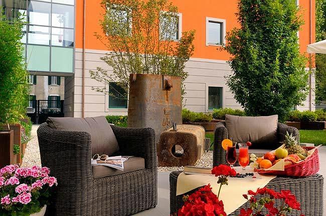 Best Western Falck Village Hotel - Sitzbereich im Freien