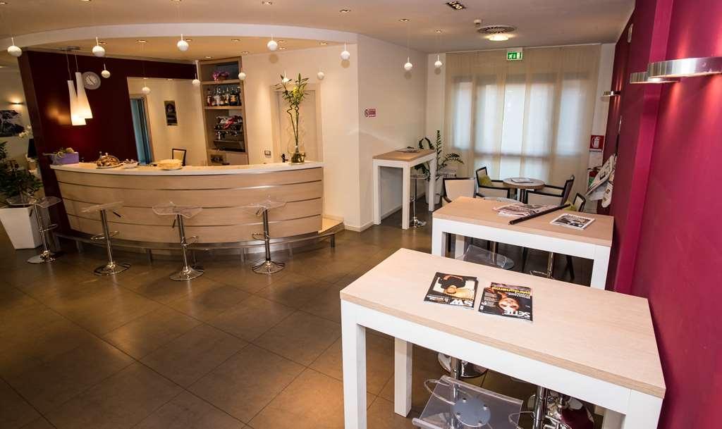 Best Western Palace Inn Hotel - Lobby Bar
