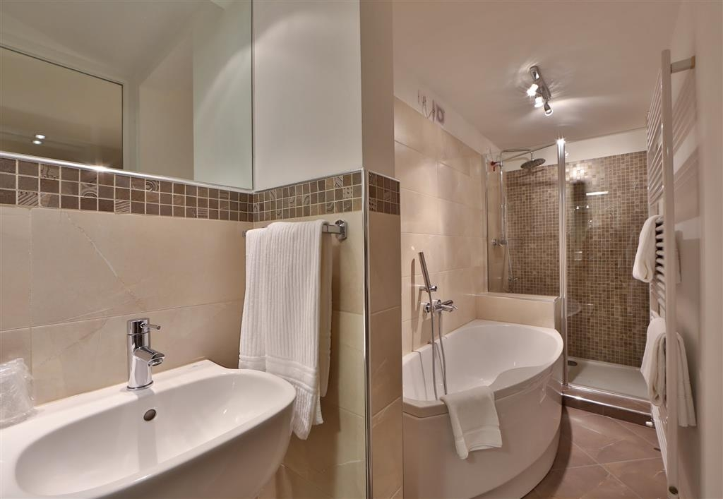 Best Western Hotel Canon D'Oro - Junior Suite bathrooms feature Jacuzzi tub or Jacuzzi shower, or even both in some of the rooms.