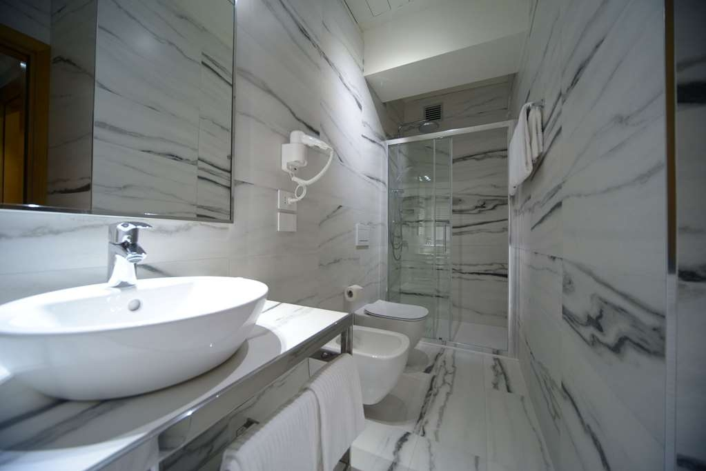 Best Western Hotel Canon D'Oro - Classic room bathroom features hair-dryer, bidet, shower and courtesy kit