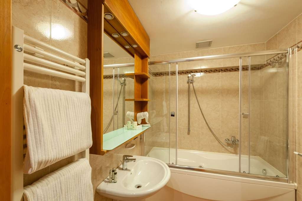 Best Western Hotel Canon D'Oro - Bathrooms in our Superior rooms whirlpool can feature whirpool tub or Jacuzzi shower or rain-effect shower.