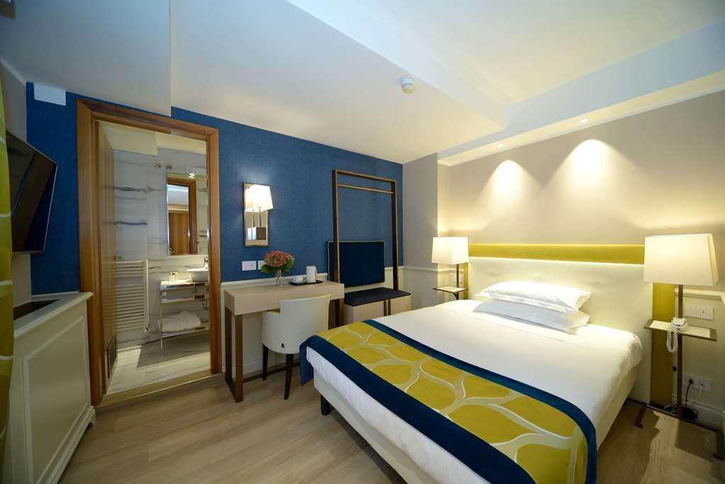 Best Western Hotel Canon D'Oro - Elegant rooms, finished in every detail with attention to taste. Jacuzzi shower or rain-effect shower, hypoallergenic rooms, Wi-Fi Internet access. LCD TV, SKY TV available if so requested.