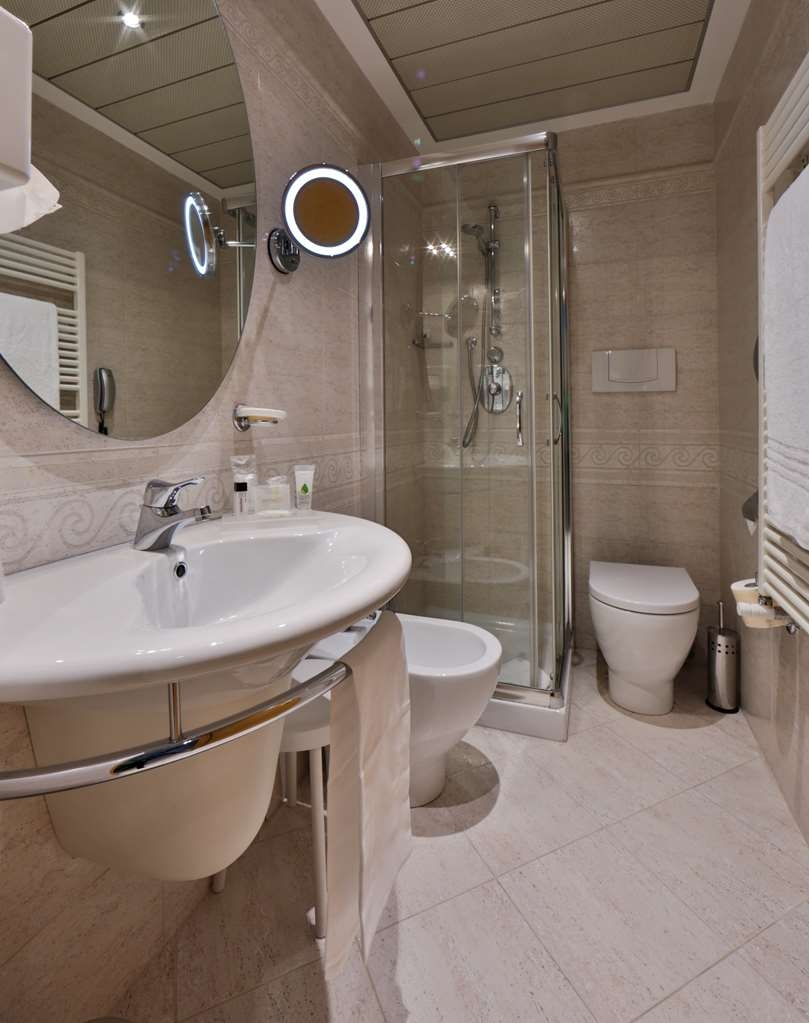 Best Western Plus Executive Hotel and Suites - Guest Bathroom