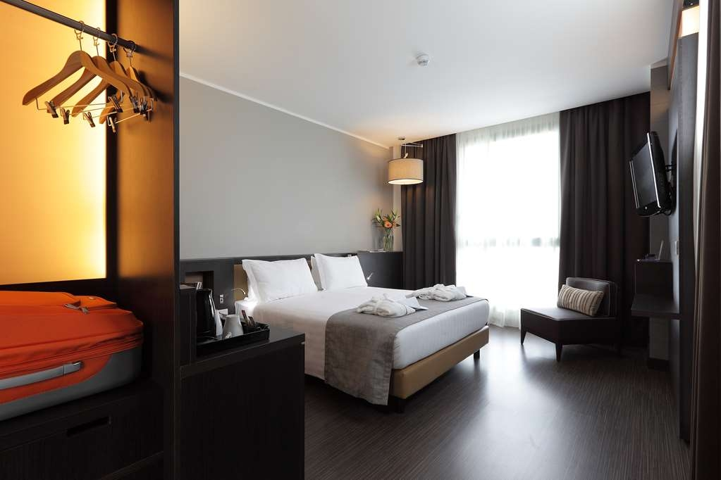 Best Western Premier CHC Airport - Handicap Queen Room