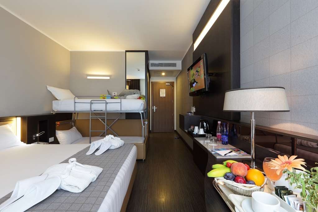 Best Western Premier CHC Airport - Family Room with 1 queen bed and 2 extrabed
