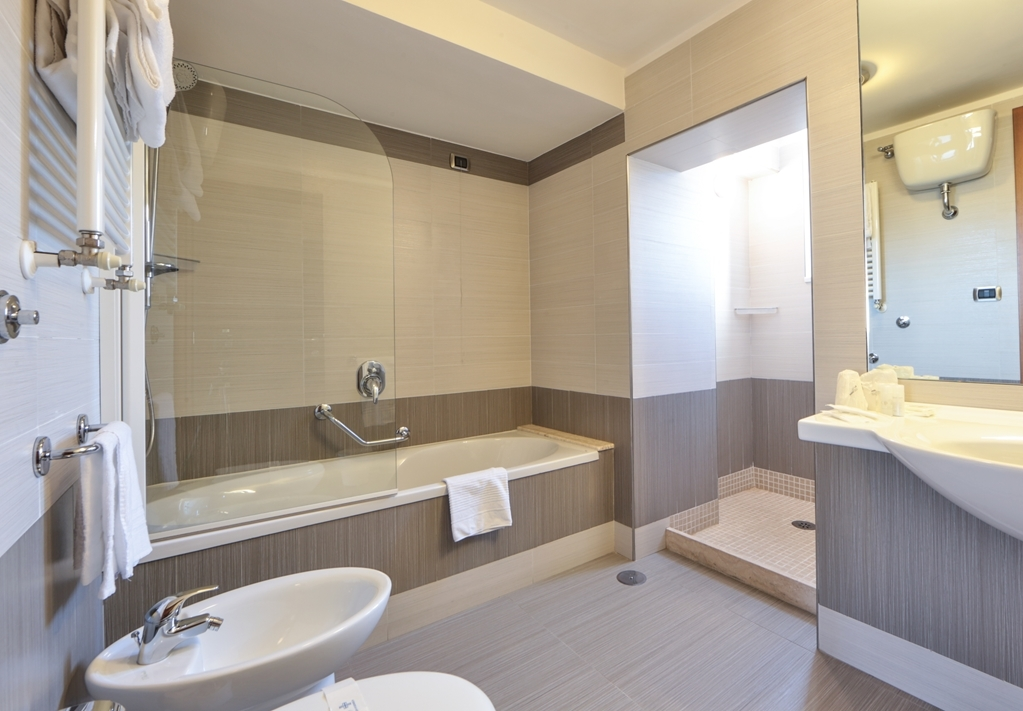 Best Western Suites & Residence Hotel - Guest Bathroom
