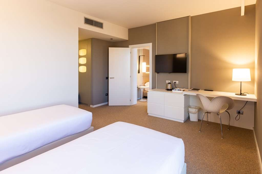 Best Western Plus Tower Hotel Bologna - Standard Quadruple Room - 1 king bed and 2 single beds