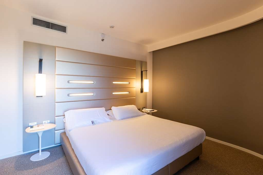 Best Western Plus Tower Hotel Bologna - Standard Quadruple Room - 1 king bed and 2 single beds/1 king bed