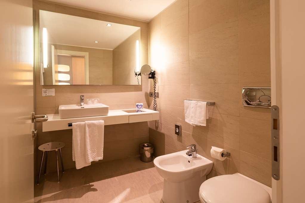 Best Western Plus Tower Hotel Bologna - Standard Quadruple Room Bathroom