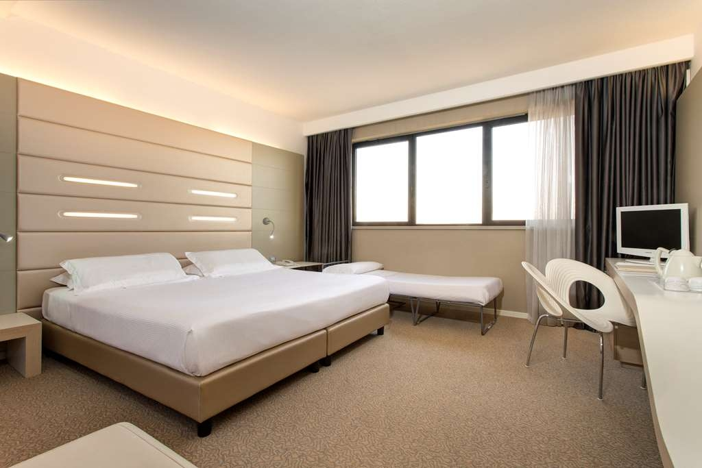 Best Western Plus Tower Hotel Bologna - Standard Triple Room - 1 king size bed and and extra bed(190cmx85cm or 195cmx75cm)