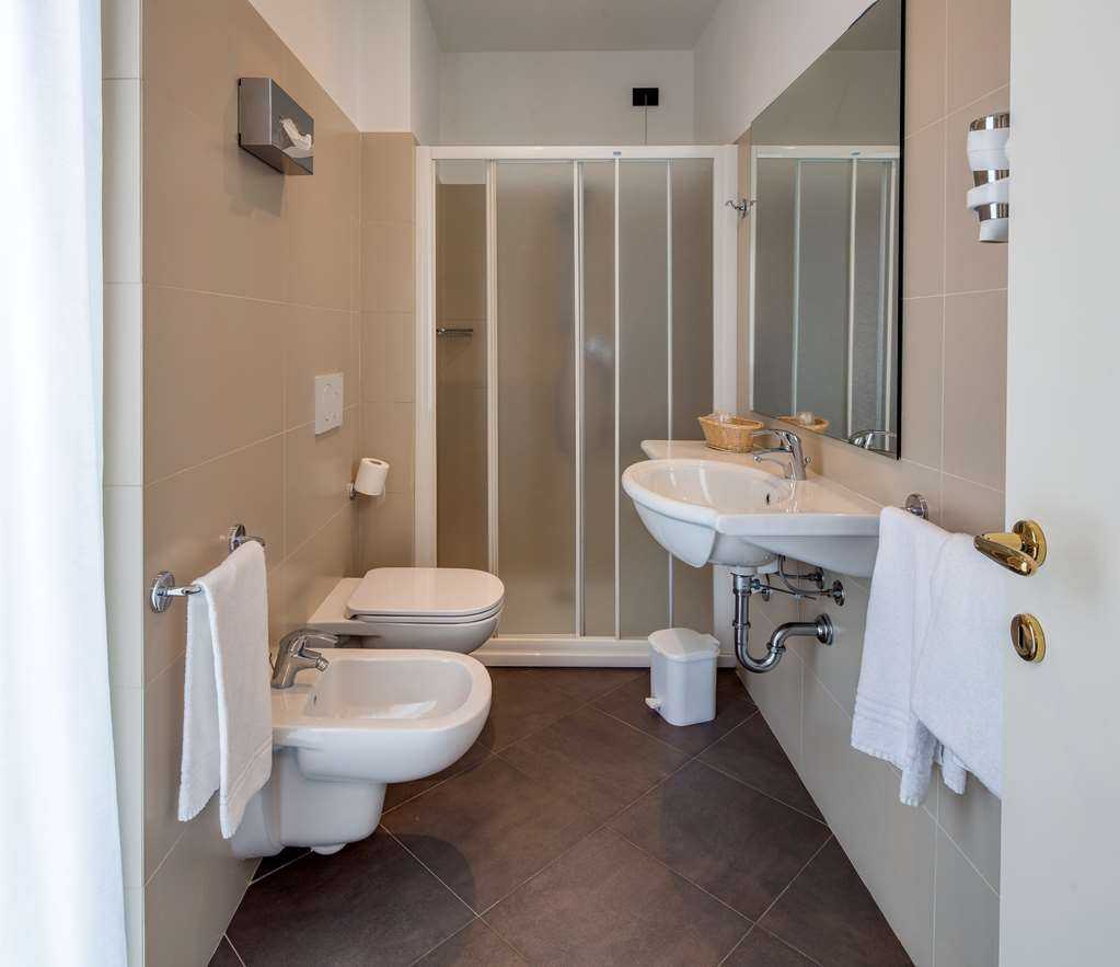 Best Western Hotel Nuovo - Guest Bathroom in the Room with One Twin Size Bed