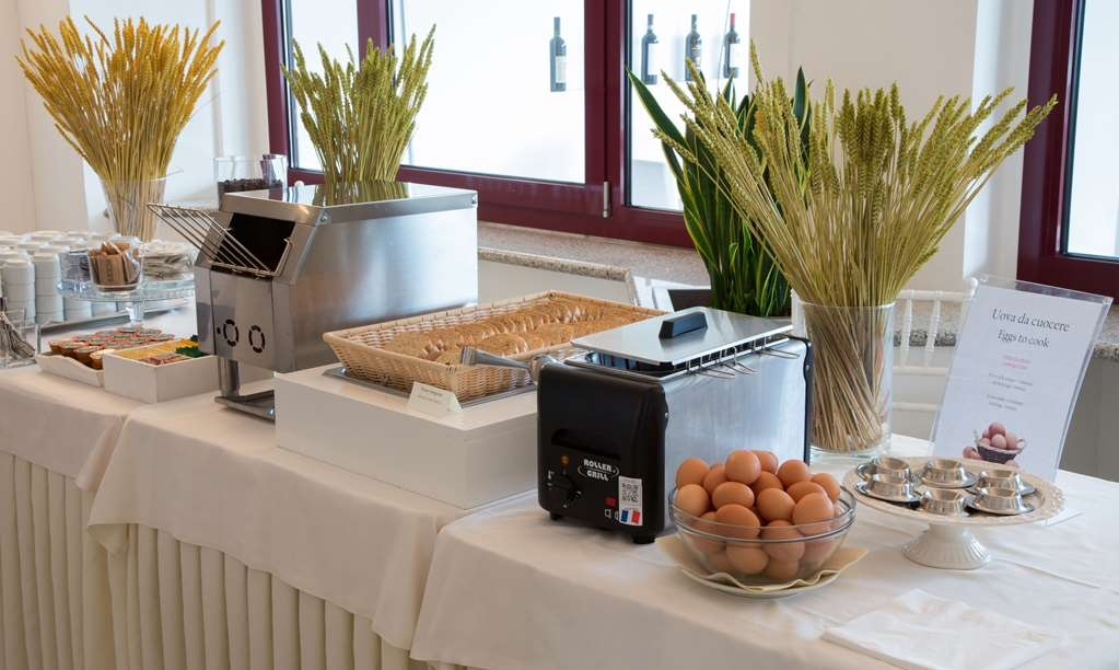 Best Western Hotel Nuovo - Breakfast Buffet Table