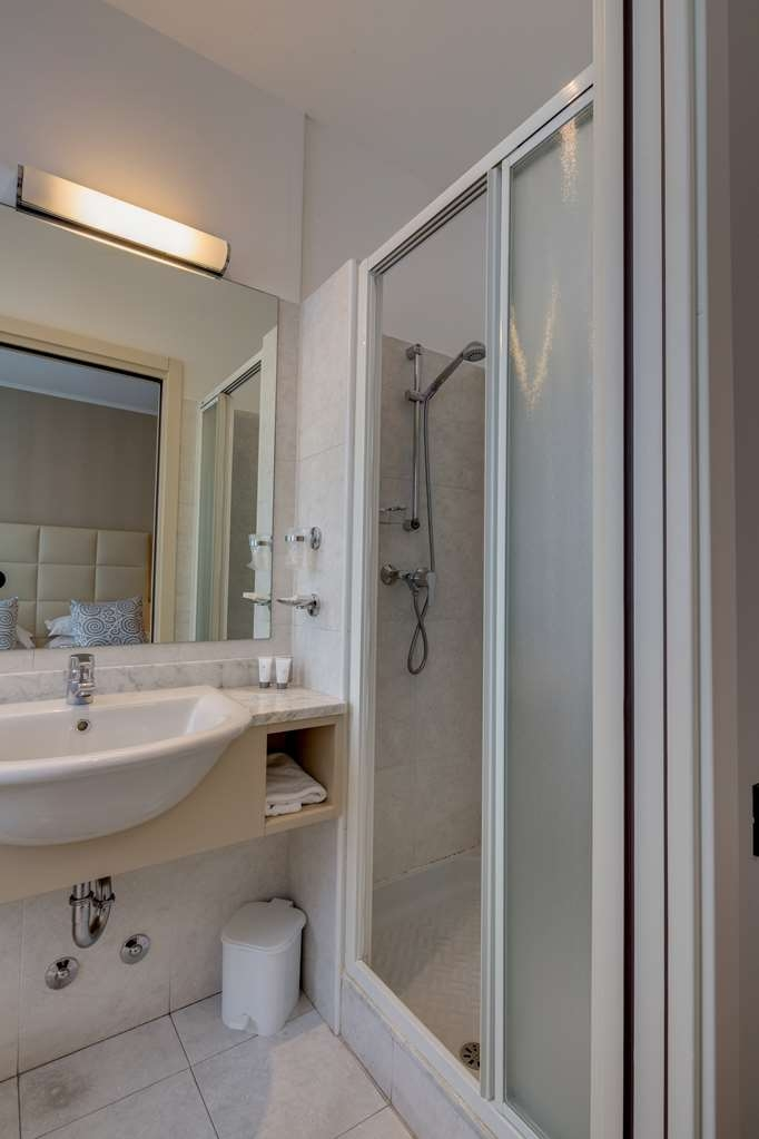 Best Western Hotel Nuovo - Guest Bathroom in Room with Two Twin Size Beds