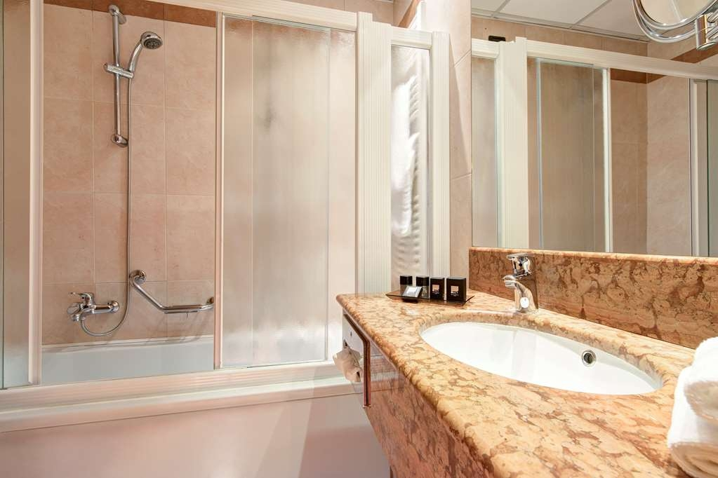 Best Western Hotel Tritone - Completely soundproofing, the Classic Double Rooms represent the ideal solution for one or two guests traveling for business or on holiday who want to restore after a long working day or a trip in the nearby Venice.