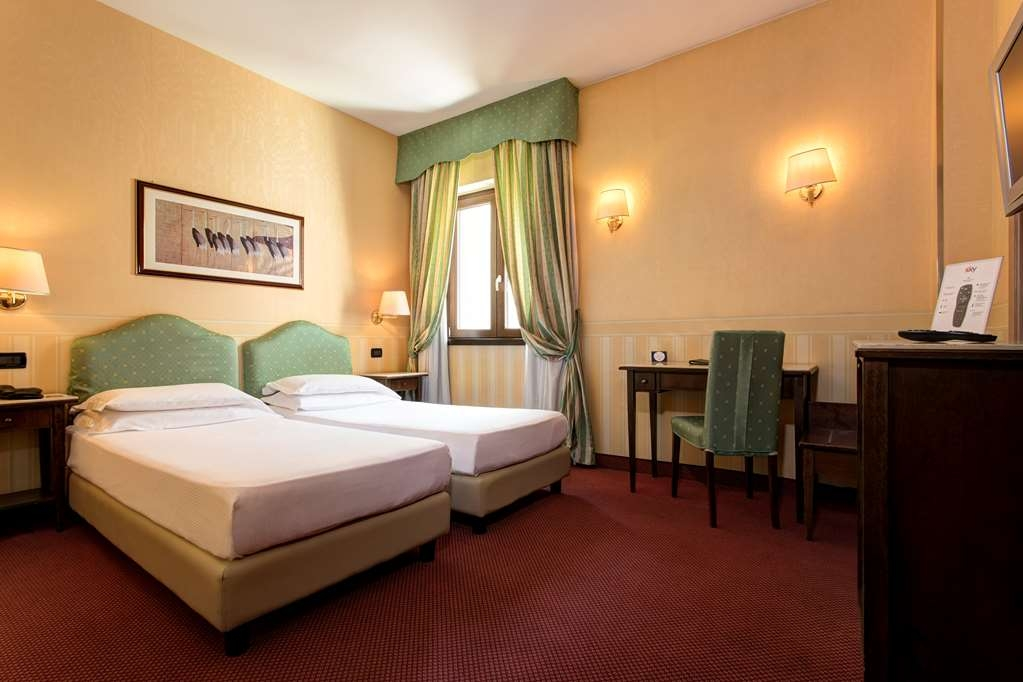 Best Western Hotel Tritone - The Classic Triple Rooms have stylish furnishings in red and green shades and are equipped with high-tech amenities for a perfect stay. Designed to accommodate three guests in a queen/twin bed and in an extra bed. (About 22 sqm)