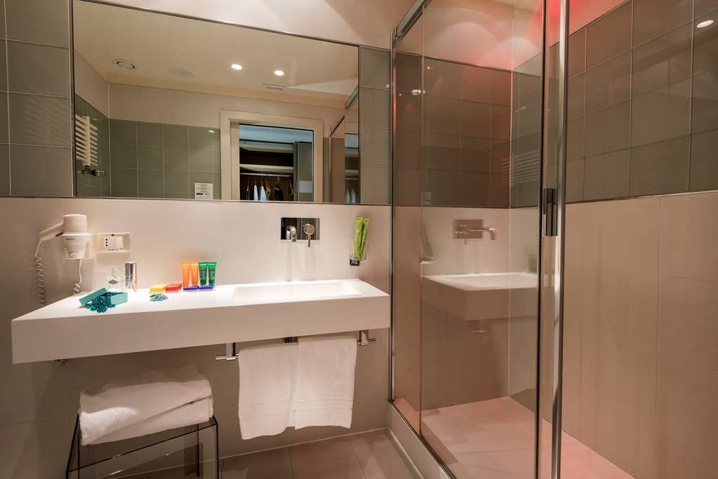 Devero Hotel & Spa, BW Signature Collection - Business Room Bathroom with Shower