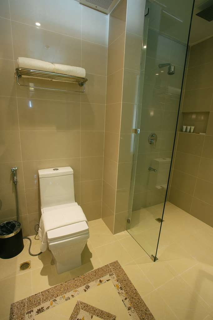 Best Western Plus Hotel Subic - Business Room bathroom