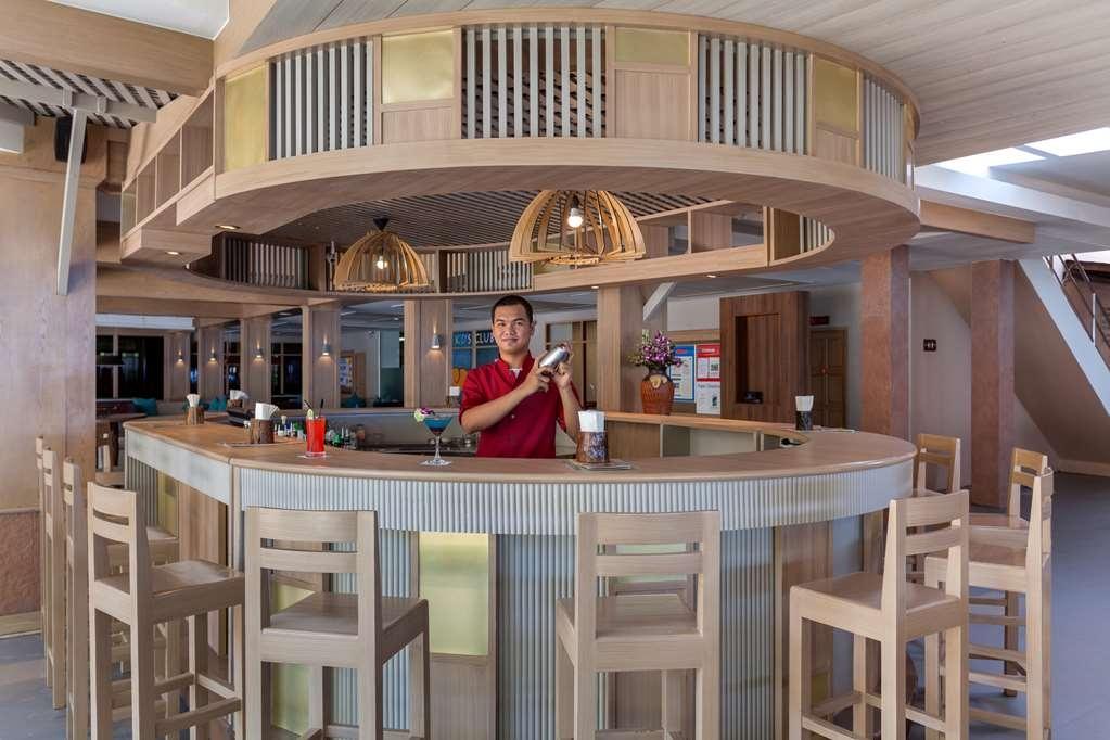 Best Western Premier Bangtao Beach Resort & Spa - bar en el vestíbulo
