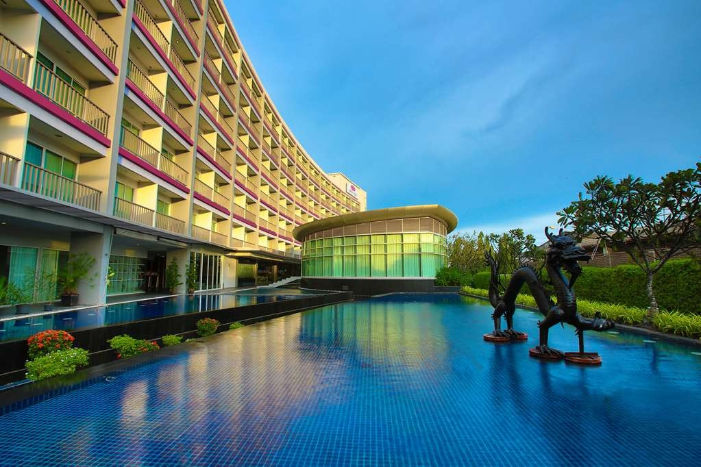 Amaranth Suvarnabhumi Airport, BW Premier Collection - Hotel Building with Pool