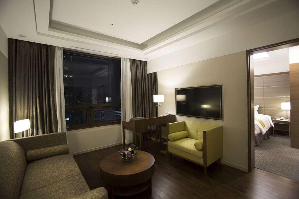 Best Western Premier Seoul Garden Hotel - Living Room Area (Night)