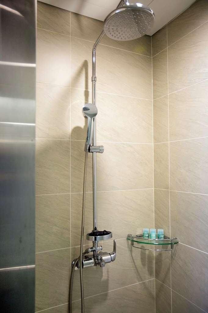 Best Western Premier Seoul Garden Hotel - Suite Bathroom Shower