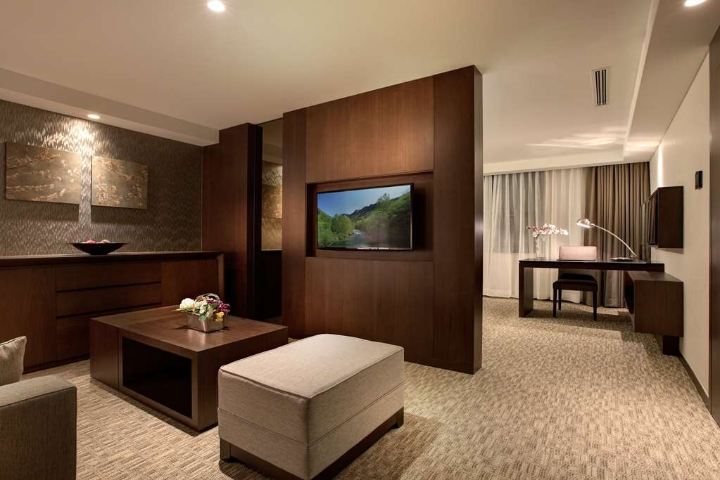Best Western Incheon Royal Hotel - Suite Living Room & Working Area