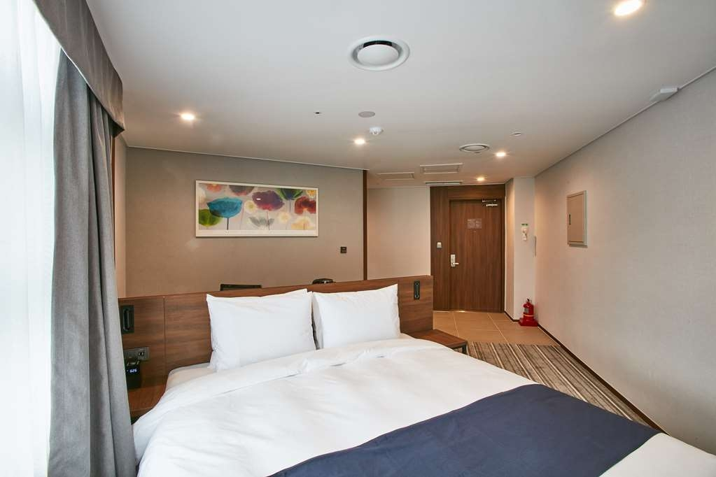 Best Western Plus Island Castle Hotel - Corner Guest Room with One Queen Size Bed
