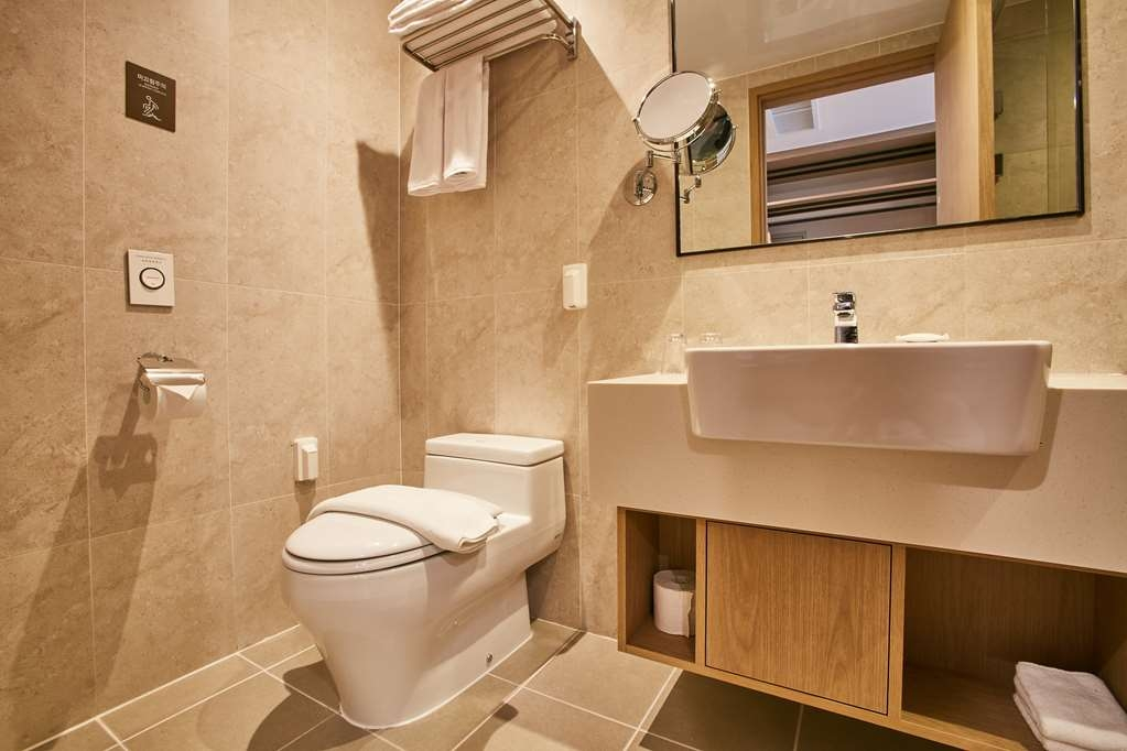 Best Western Plus Island Castle Hotel - Bathroom in Deluxe Guest Room with One Double Size Bed and One Twin Size Bed