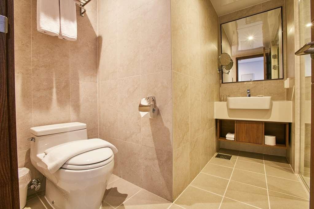 Best Western Plus Island Castle Hotel - Bathroom in One Double Size Bed Standard Room