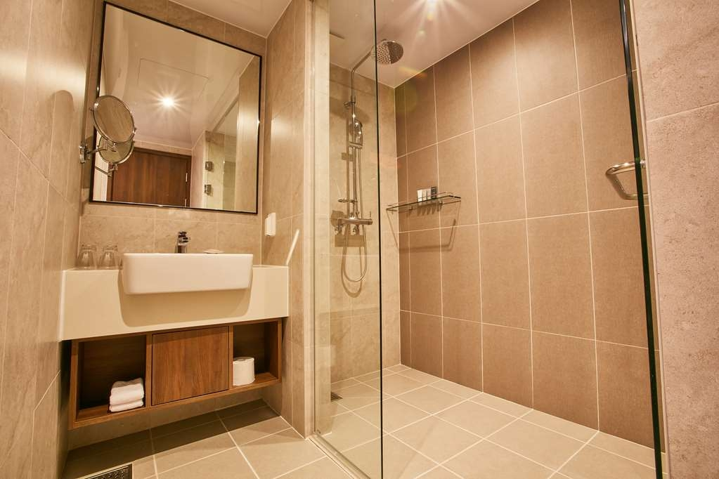 Best Western Plus Island Castle Hotel - Bathroom in Standard Guest Room with One Double Size Bed