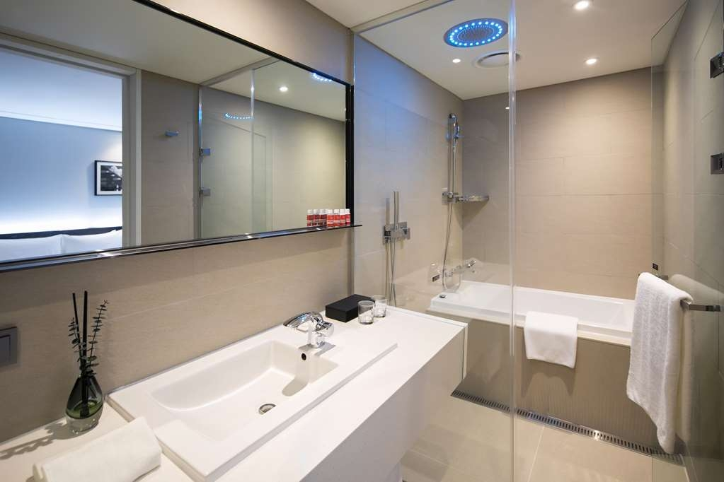 Aiden by Best Western @ Cheongdam - Bathroom in the Suite with Two Double Beds for a Party of Four