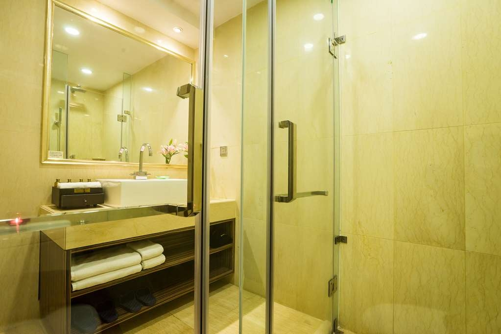 Best Western Chinatown Hotel - Superior and Deluxe Guest Bathroom
