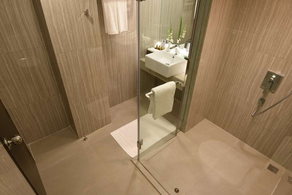 Best Western Chinatown Hotel - Studio Suite Guest Bathroom